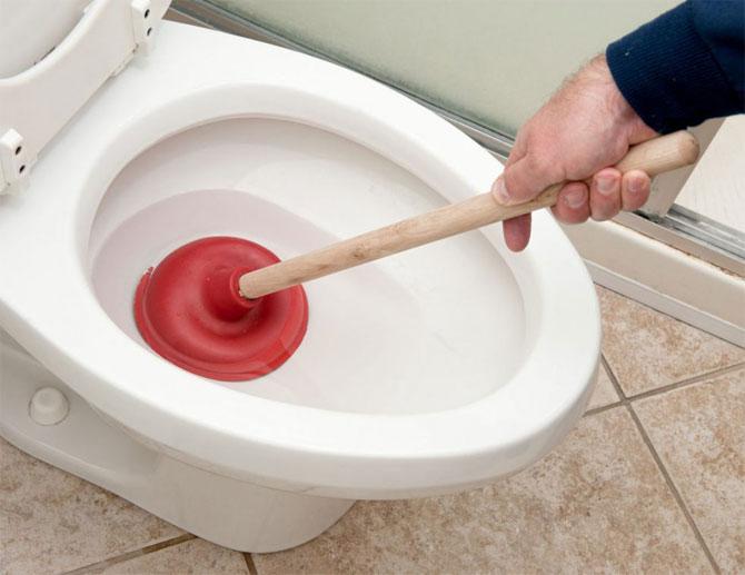 Как самостоятельно прочистить забившийся унитаз