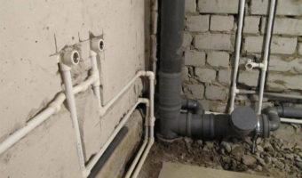 трубы в стене